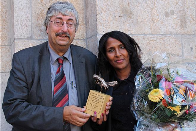 Gergishu Yohannes, PReistreägerin der PRO ASYL-Hand 2012, zusammen mit ihrem Laudator Wolfgang Grenz