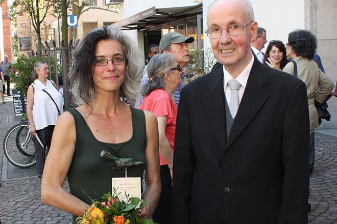 Julia Kümmel, Preisträgerin der PRO ASYL-Hand 2011, mit ihrem Laudator Wolfgang Grenz