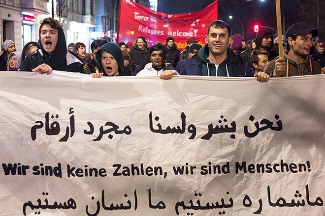 """""""Wir sind keine Zahlen, wir sind Menschen!"""" Transparent auf einer Demonstration gegen die Asylrechtsverschärfung 2016. Foto: Björn Kietzmann"""
