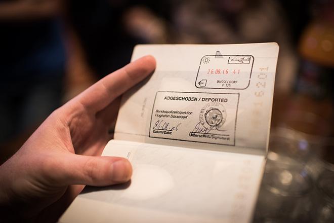 """Bild von Nazifas Pass mit dem Stempel """"abgeschoben"""" der Bundespolizei Düsseldorf"""