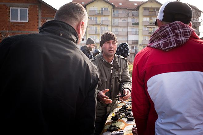 Bild: Nazifa und Zijad verkaufen noch brauchbare Fundstücke aus dem Müll auf dem Flohmarkt