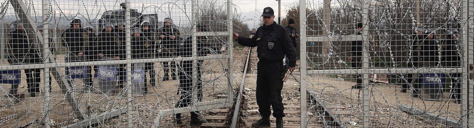 Mazedonische Polizisten schließen die Grenze zu Griechenlandbei Idomeni. Foto: picture alliance / dpa