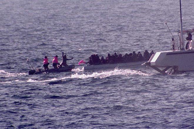 Am 18. März 2016 dokumentiert ein Team von Channel 4 News, dass mit ehrenamtlichen Seenotrettern in der Ägäis unterwegs ist, wie die türkische Küstenwache ein Flüchtlingsboot umzudrehen versucht - und dabei das Leben der Flüchtlinge riskiert. Foto: twitter / @alextomo