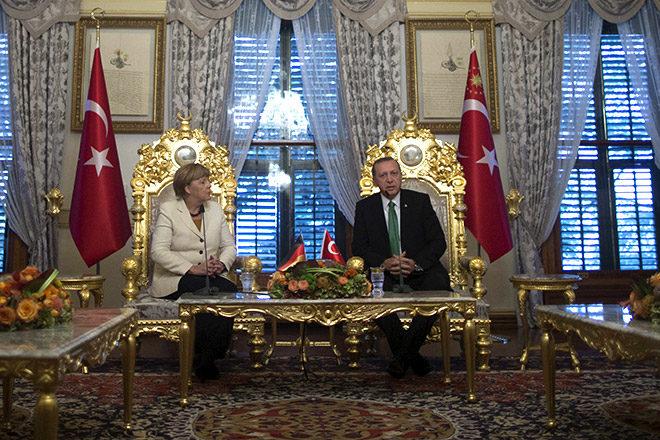 Schon im Oktober 2015 reiste Merkel nach Istanbul, um den türkischen Präsidenten Erdogan dazu zu bewegen, Flüchtlinge von der Überfahrt nach Griechenland abzuhalten - mitten in Erdogans Wahlkampf. REUTERS/Tolga Bozoglu/Pool