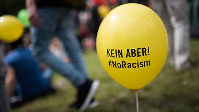 """Bild: Luftballon mit der Aufschrift """"Kein Aber: No Racism!"""" Augenommen bei der Aktino """"Mneschenketten gegen Rassismus"""" in München 2016"""