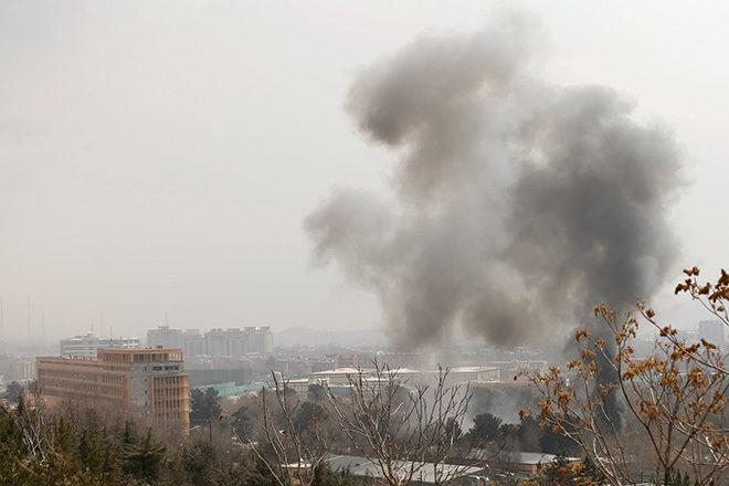 Rauch über dem Militärkrankenhaus in Kabul: Anschläge und gewalttätige Auseinandersetzungen sind in Afghanistans an der Tagesordnung.