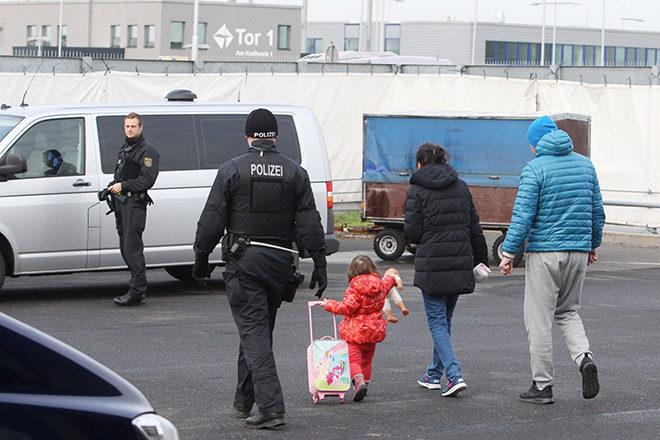 Bild: Abschiebung nach Serbien vom Flughafen Leipzig-Halle im November 2015