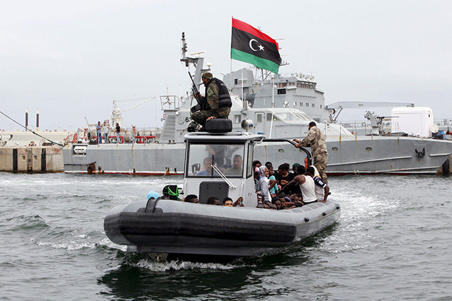 Bild: Boot der bewaffneten libyschen Küstenwache mit Flüchtlingen an Bord