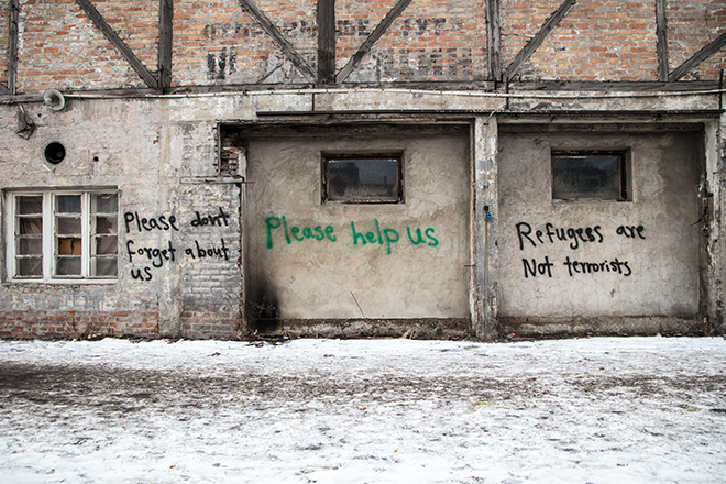 Grafitti in den Baracken: »Please don't forget about us, help us! refugees are not terrorists""