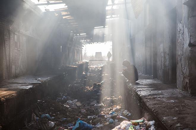 Viele Flüchtlinge leben mittenim Winter in zusammengefallenen Baracken hinter dem Belgrader Busbahnhof.