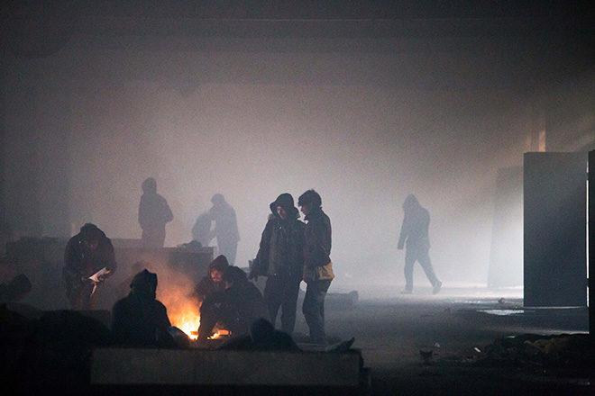 In den Baracken auf der Balkanroute: Flüchtlinge wärmen sich an einem Feuer