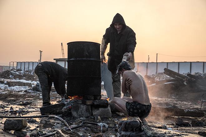 In den Baracken von Belgrad Anfang 2017: Ein Ölfass auf einer offenen Feuerstelle dient en Schutzsuchenden als provisorische Dusche
