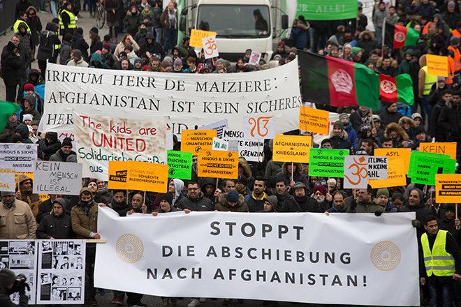 """Bild: Demonstration gegen Abschiebungen nach Afghanistan. Ein Banner trägt die Aufschrift: """"Irrtum Herr de Maizièr: Afghanistan ist kine sicheres Herkunftsland!"""""""