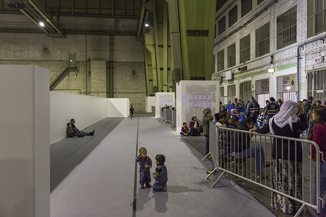 Bild: Kleinkinder spielen auf dem Boden der Notunterkunft im Flughafen Berlin Tempelhof, Berlin, Nov. 2015
