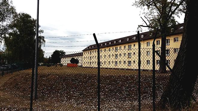 Hinter Stacheldraht einkaserniert  So wie in der »Aufnahme- und  Rückführungseinrichtung« im bayerischen Bamberg will die Union zukünftig  alle Flüchtlinge ... 8503f97698