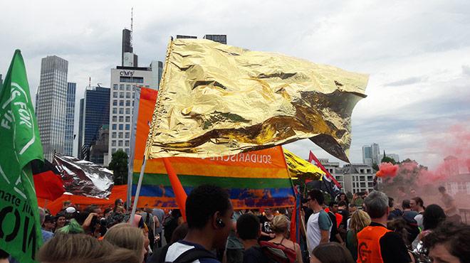 Fahne aus Rettungsdecke auf Demonstration in Frankfurt