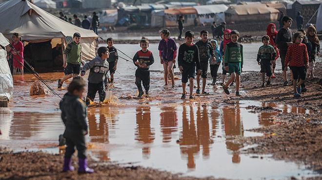 Binnenvertriebene syrische Flüchtlingskinder in einem überschwemmten Flüchtlingslager Anfang 2021. F