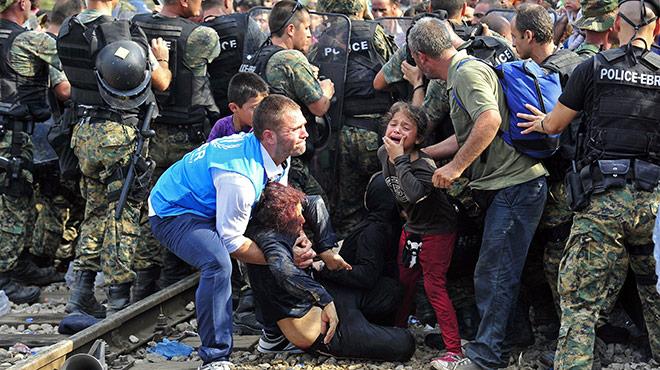 Geflüchtete werden 2015 an der mazedonischen Grenze von Polizisten zurückgedrängt