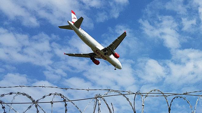 Flugzeug über Stacheldraht