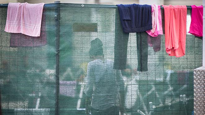 Geflüchtete hinter Sichtschutz in einer Unterkunft in Neu-Isenburg, 2015