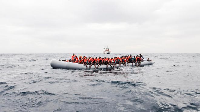 Geflüchtete auf einem Boot im Mittelmeer