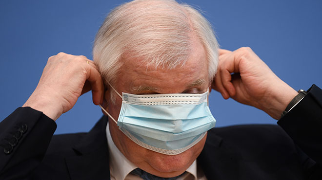 Horst Seehofer mit Maske