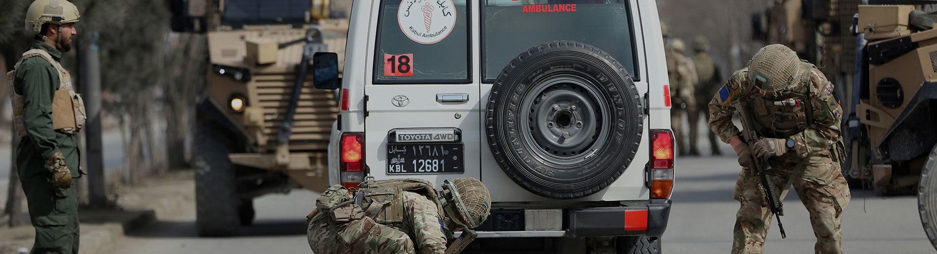 Britische Soldaten untersuchen einen Krankenwagen in Kabul